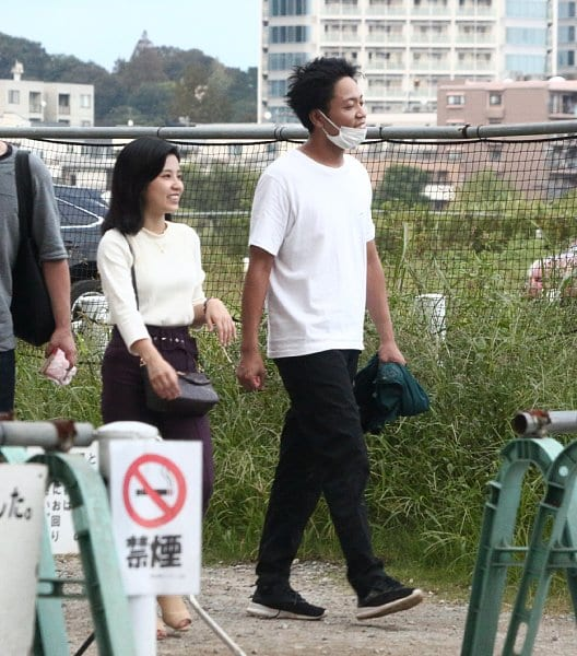 仲良く話しながら歩く2人