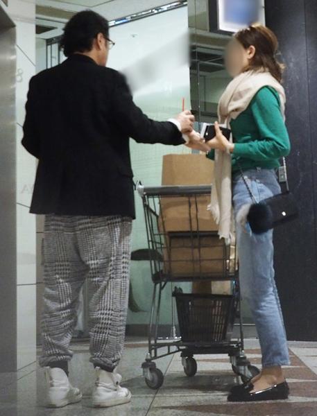 吉田を優しく見守る22才年下妻