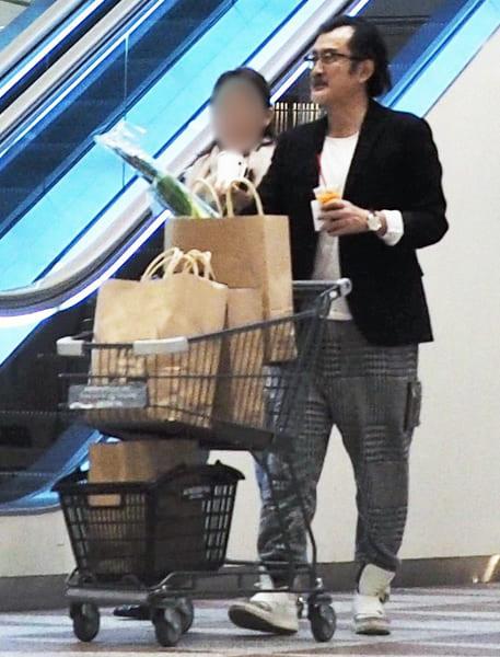 高級スーパーで買い物をする吉田鋼太郎夫妻