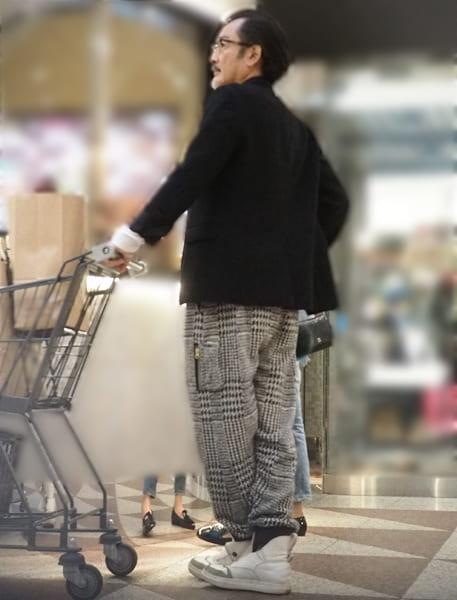 買い物姿もサマになる