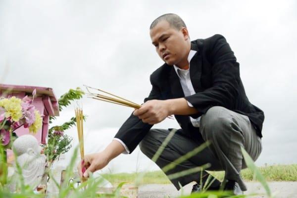 千葉県我孫子市の遺体遺棄現場で祈る父親のハオさん