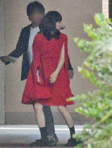 華やかな赤いワンピースを着た広瀬すず
