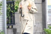サクラと絶縁の満島ひかり 傘さしながら1人で歩く写真5枚