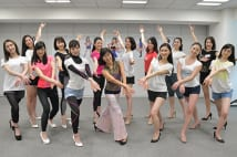 「ミス日本2019」ファイナリスト(前列中央はダンス講師の山岡有美先生)