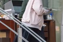 前田敦子 ふっくらお腹でテラス席ひとりランチタイム写真
