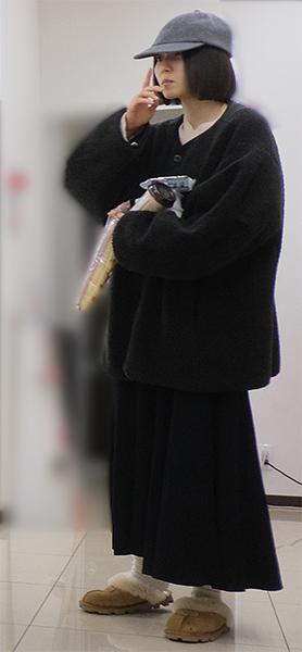 松岡茉優はおにぎりやパンなどを買い込む