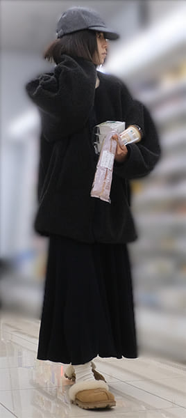 コンビニで買い物する松岡茉優