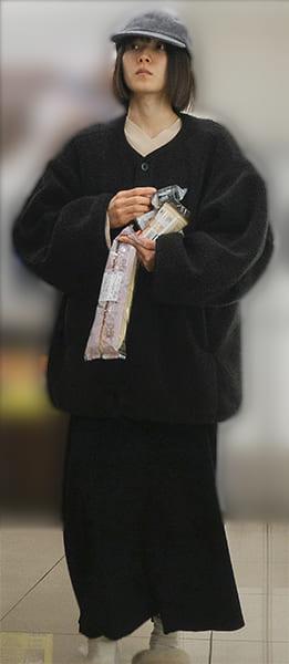 午後10時頃、コンビニを訪れた松岡茉優