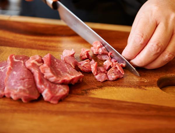 牛もも肉を細かく刻む(撮影/市瀬真以)