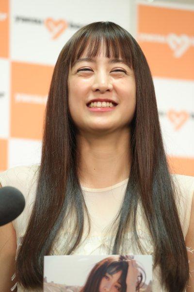 山本美月がファースト写真集発売イベントで見せた笑顔|NEWSポストセブン