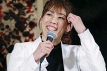 吉田沙保里さんが引退会見  現役引退の記者会見で笑顔を見せるレスリング女子の吉田沙保里さん