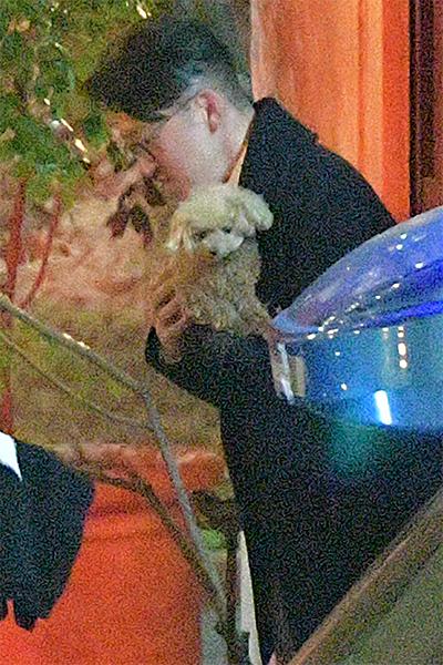 深田の愛犬、メロンパンナちゃんを抱える杉本氏