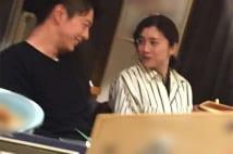 焼き鳥デートの竹内結子 年下俳優と見つめ合う写真