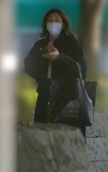 全身黒のスタイルにマスクをした竹内結子さん