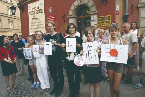 2002年、天皇皇后両陛下のポーランドご訪問時に、熱烈に歓迎する地元の人々(代表取材)