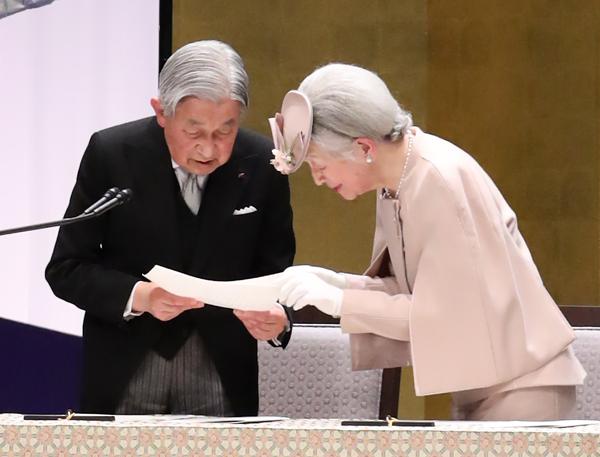 天皇陛下在位30年式典 嘲笑疑惑と大量欠席、議員の問題行動