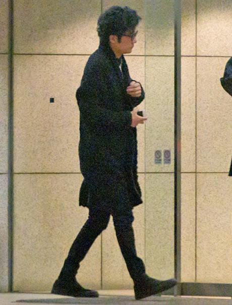 黒いスリムなパンツ姿の稲垣吾郎
