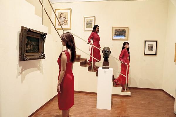 アートの聖地で芸術作品とのフォトセッション