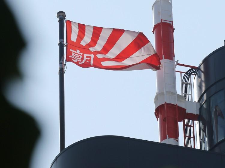 韓国で朝日新聞の社旗が批判されない理由とは(時事通信フォト)
