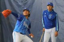 浜口の投球練習を見守る三浦コーチ(時事通信フォト)