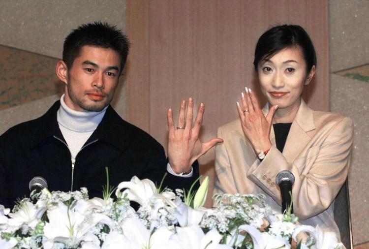 1999年12月、結婚式を挙げた2人の帰国後記者会見(時事通信フォト)