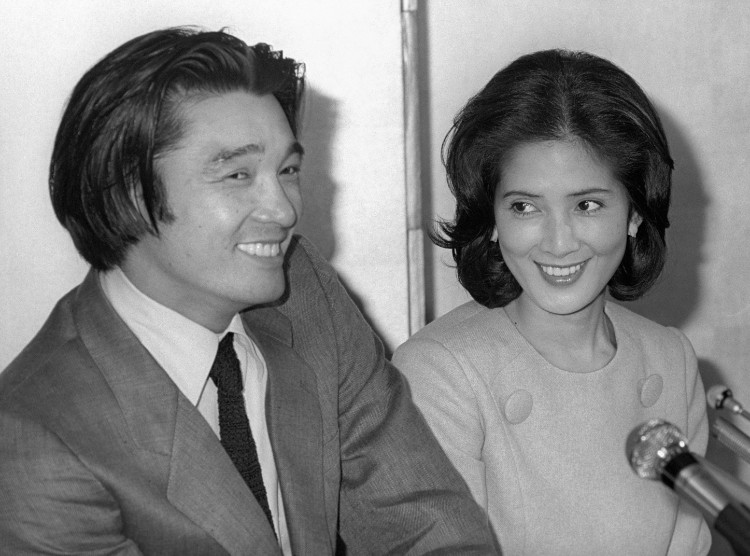 1980年、いしだあゆみさんとの婚約を発表した萩原健一さん(共同通信社)