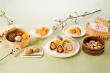 桜パイ(右奥)、みたらしとろとろ(右)、フルーツ大福(中央)、極上生信玄餅(左奥)、けし餅(手前左)、季節のおはぎ(左)