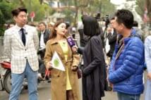 金氏が宿泊するメリア・ホテルのそばでロシアの新聞社の取材を受ける30代の韓国人女性(2月26日 筆者撮影)