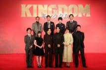 映画『キングダム』のキャストたち(前列左から4人目が主役の山崎賢人)