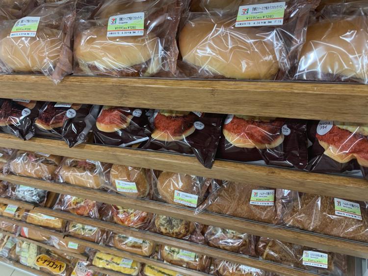 バラエティ―豊かになったコンビニ袋パン(セブン店頭で)