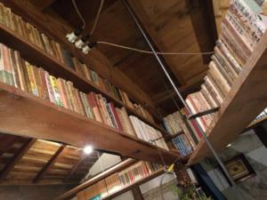 四方を本に囲まれた古書店「邯鄲堂」(鳥取)