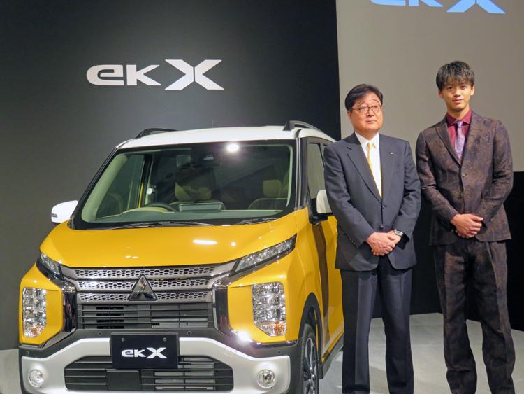 「ekクロス」発表会に登場した俳優の竹内涼真さん(右)と益子修・三菱自動車CEO