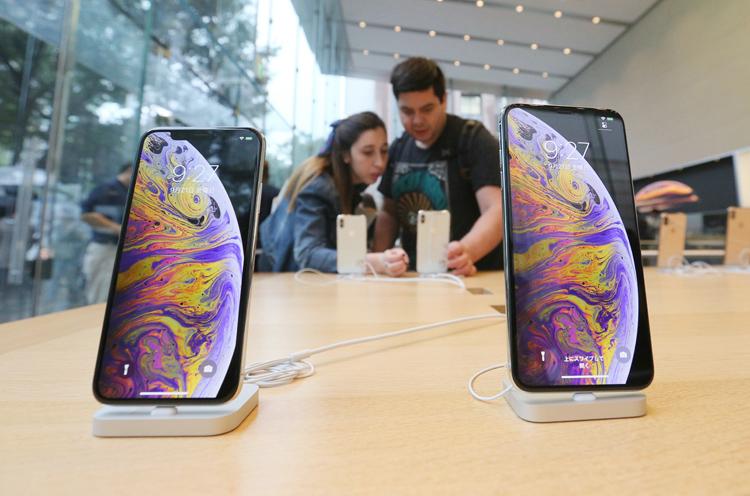 昨年発売したiPhoneXS(左)とXS Maxの売れ行きも芳しくない(時事通信フォト)