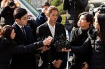 警察に出頭するK-POP歌手のチョン・ジュニョン(Sipa USA/時事通信フォト)