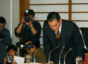 交通事故についての記者会見で、頭を下げる萩原健一さん(2004年)