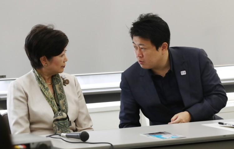 「都民ファーストの会」が開いた都議選新人向けの研修会で、言葉を交わす小池氏と野田氏(時事通信フォト)