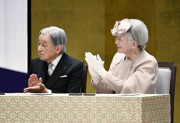 両陛下で違いも 天皇家の「拍手」には2通りのやり方がある|NEWS