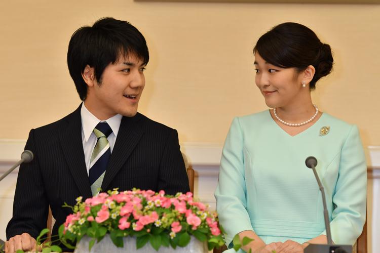 眞子さまとの結婚の行方も注目の的だ(2017年9月の婚約内定会見、撮影/JMPA)