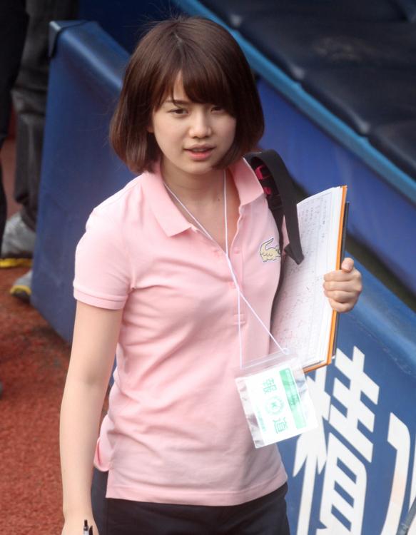 『速報!甲子園への道』で神宮球場で取材する弘中綾香(2013年テレビ朝日入社)