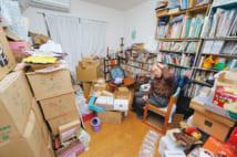 ダンボール箱に囲まれた書斎