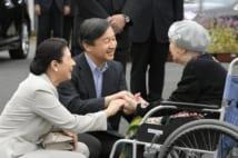 2018年9月、九州北部豪雨の被災者にお言葉をかけられる皇太子ご夫妻(共同通信社)