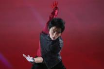 赤と黒の衣装で大トリとして再びリンクに登場した(写真アフロ)