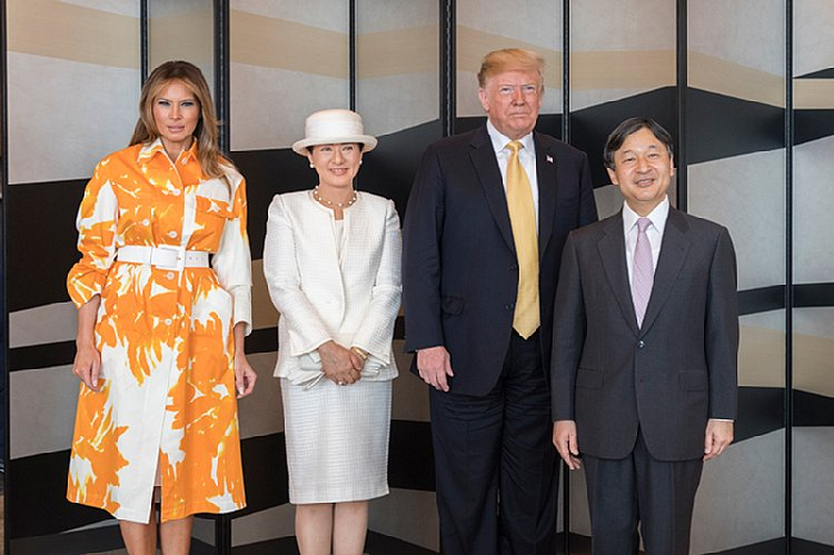 晩餐会の翌朝、トランプ大統領が宿泊していたホテルを訪ねられた天皇皇后両陛下(宮内庁提供)