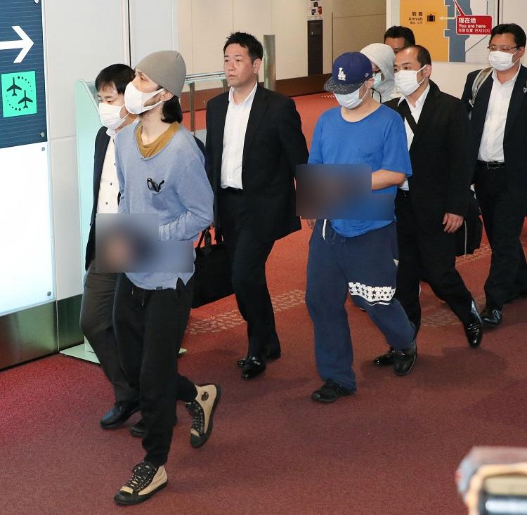 タイ邦人詐欺団/羽田空港に到着した容疑者(時事通信フォト)