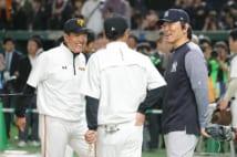 昨年、巨人対MLB選抜の試合で原監督(左)らと談笑する松井秀喜氏(=右。写真:時事通信フォト)