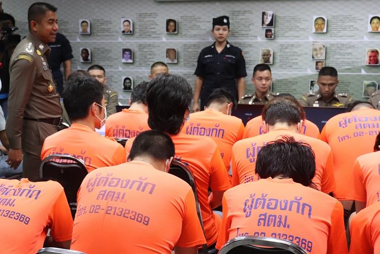 タイ警察による取り調べ中の日本人詐欺グループの男ら(時事通信フォト)