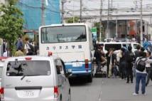 事件現場には児童たちが乗っていたスクールバスが(時事通信社)