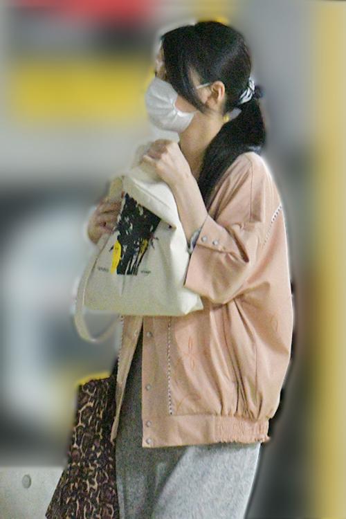 マスクでしっかり顔を隠している芦名