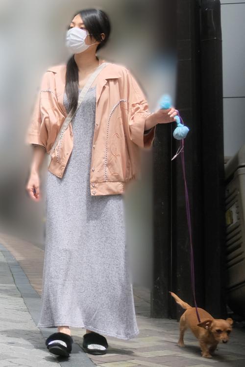 孝太郎の自宅から出てスッピンで散歩する芦名