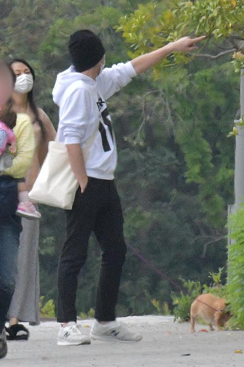 散歩中、孝太郎が何かを見つけて芦名に声をかける
